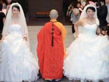 Un couple de Taïwanaises se marie selon le rite bouddhiste