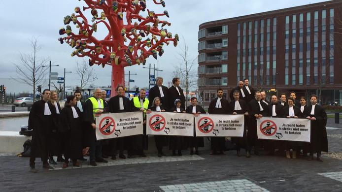 Protesterende advocaten voor het gerechtsgebouw in Breda.