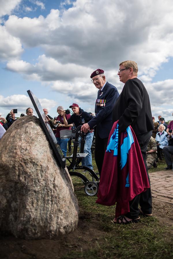 Ron Johnson eert David Lord bij de nieuwe plaquette op het veld van de Reijerscamp bij Wolfheze. Op de voorgrond Lucinda Lord, nicht van David Lord.