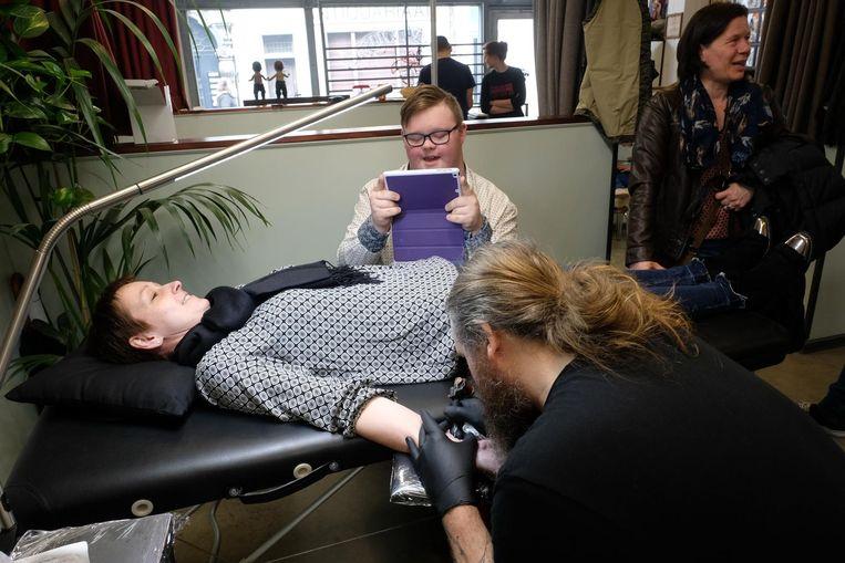 Jonas (16) filmt met zijn iPad hoe zijn mama een tattoo krijgt.