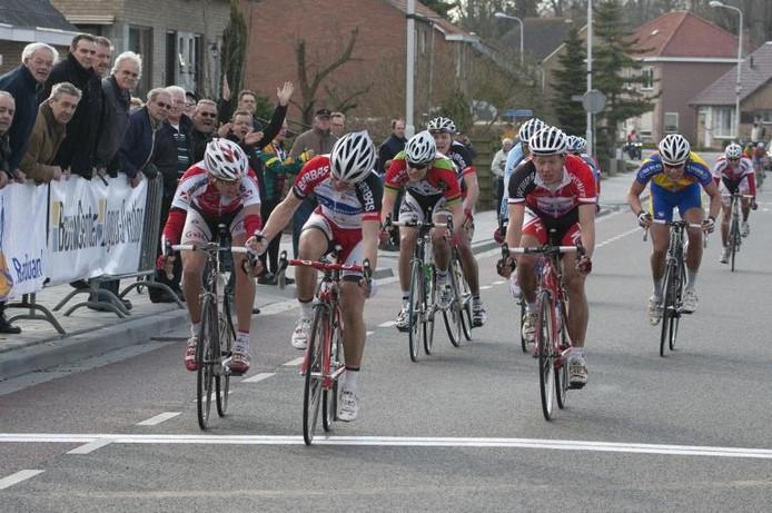 Geert van der Weijst (midden) is Johnny van Diermen (links) en Jan Bos (rechts) te snel af en wint de 41e Omloop van de Braakman. foto Mark Neelemans