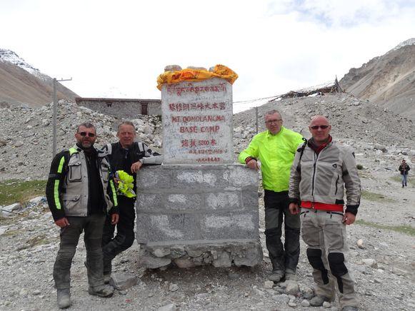 Kris De Brabander (uiterst rechts) samen met zijn vrienden Marc Sterckx, Luc Lemaitre en Frans De Boes in het basecamp van de Mount Everest.