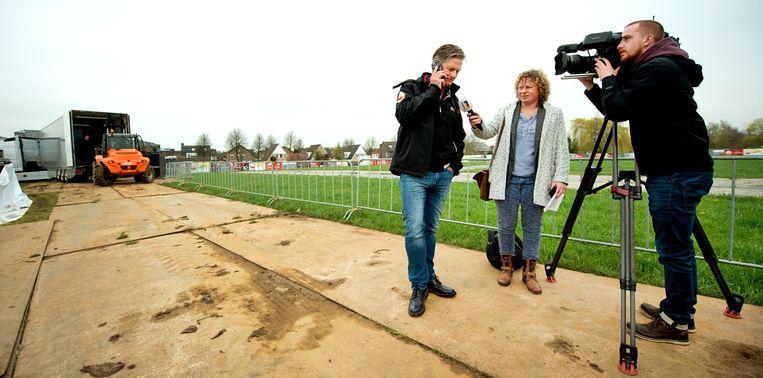 Van Vliet heeft voor de camera van L1 een telefoongesprek met de Belgische renner Phillippe Gilbert. Hij komt! Beeld Klaas Jan van der Weij / de Volkskrant