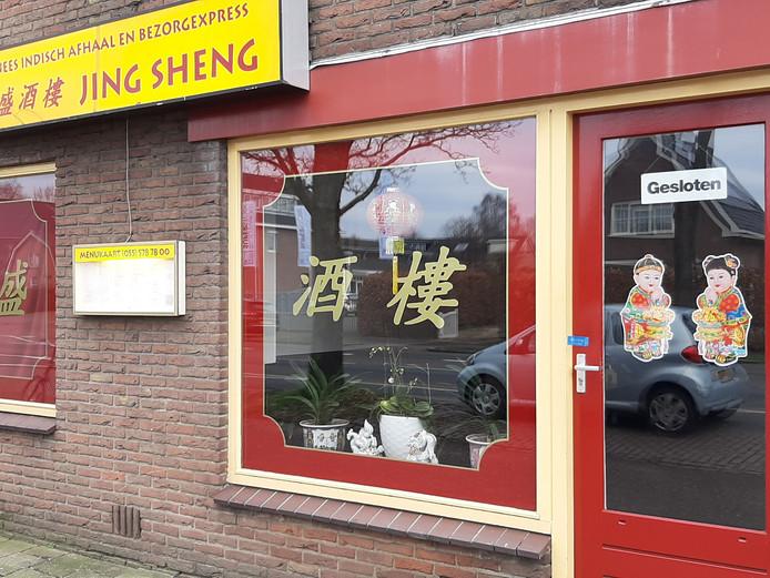 Op de deur van afhaalchinees Jing Sheng in Apeldoorn zit een blauwe politie-verzegeling.