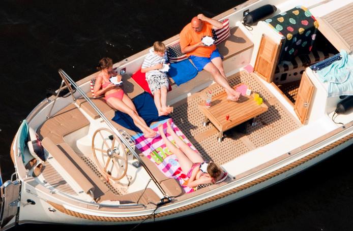Mensen genieten in een boot van het lekkere weer op de Loosdrechtseplassen.