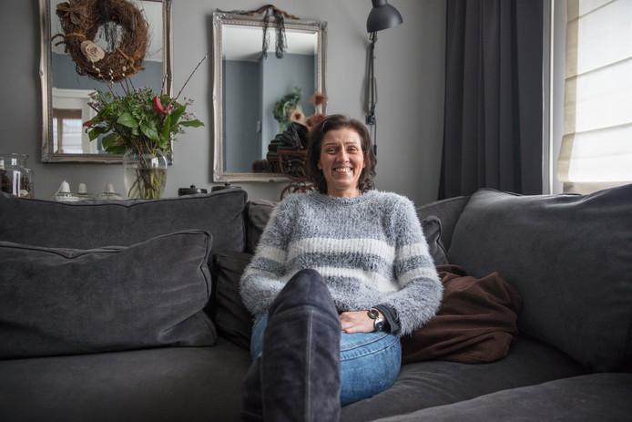 Angelique van de Wetering, thuis op de bank in Milheeze.