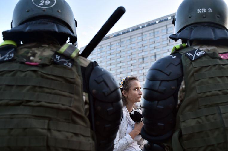 Aanhangers van de oppositiepartij in Wit-Rusland houden president Loekasjenko verantwoordelijk voor stembusfraude tijdens de verkiezingen van afgelopen week. Beeld AFP