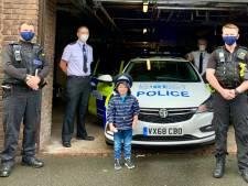 Britse kleuter (5) spiekt op speelgoedambulance voor telefoonnummer 112 en redt leven moeder