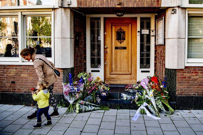 Mensen leggen bloemen bij het kantoor advocaat Derk Wiersum.