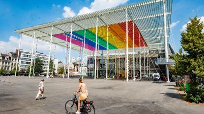Stad Antwerpen deelt gratis regenboogpinnen uit