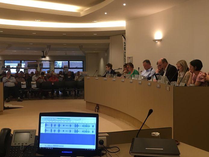 Tijdens de gemeenteraad voerden de leden van buurtcomité Leefbaar Everslaar protest.
