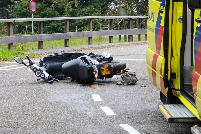 De scooter waarop de vrouw op de Veldweg reed, raakte als gevolg van de botsing zwaar beschadigd.