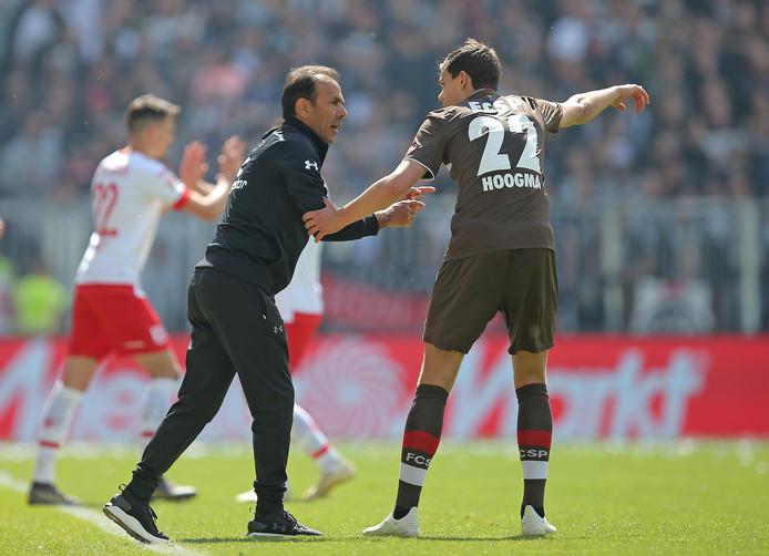 Jos Luhukay geeft instructies aan Justin Hoogma, die inmiddels weer is teruggekeerd naar Hoffenheim.