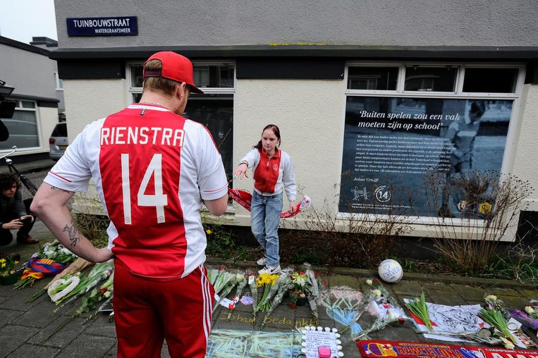 Bloemen voor het ouderlijk huis van Cruijff in de Akkerstraat na zijn overlijden vorig jaar. Beeld anp