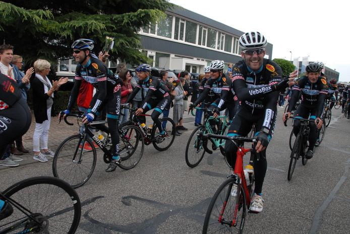 In totaal volbrachten 26 renners van Blue4Charity de heldhaftige tocht. Twee renners vielen onderweg uit vanwege een valpartij
