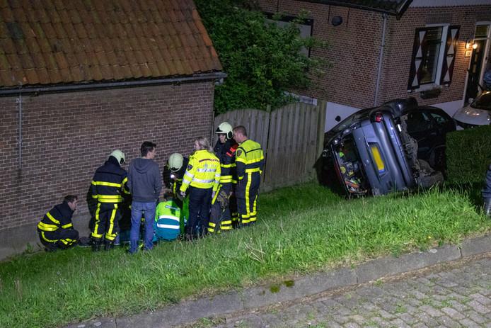 Auto rijdt van dijk in Werkendam, bijrijder gewond naar ziekenhuis