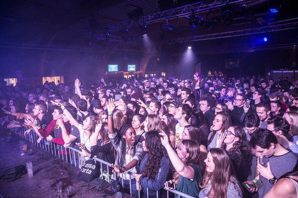 De jongeren gingen uit de bol tijdens de dj-set van Netsky (inzet), die een uur lang het beste van zichzelf gaf.