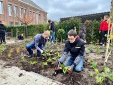 Leerlingen Steenspil proeven aan mbo door aanleg eetbare tuin bij Bergse hotelschool