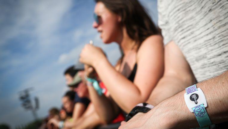 Festivalgangers genieten van de zon op Rock Werchter.