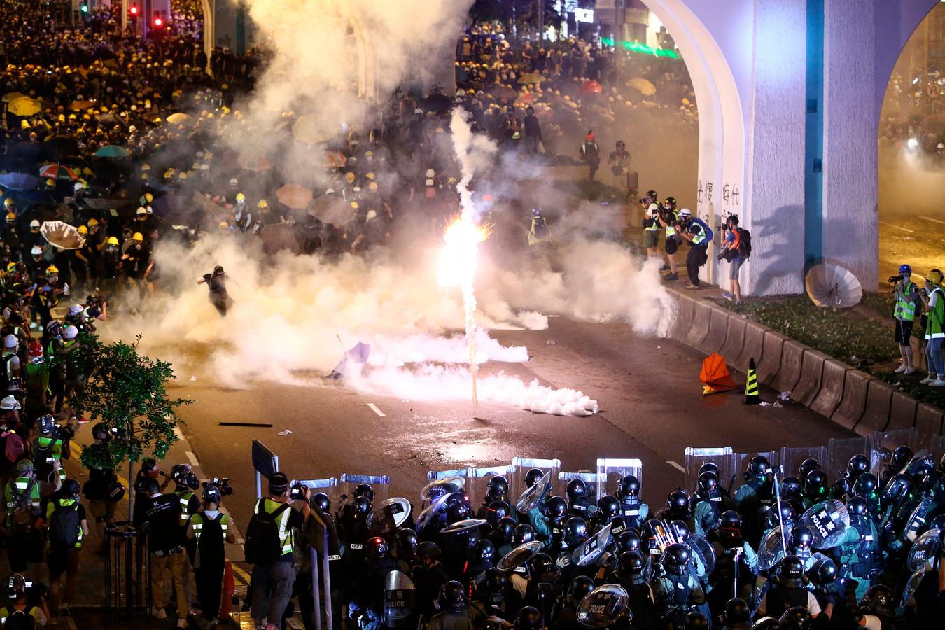 De oproerpolitie zette gisteren traangas in tegen demonstranten uit Hongkong.