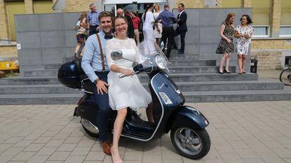 Bruid Lieke straalt op Vespa