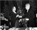 Bij de installatie van burgemeester H.G.I. baron Van Tuyll van Serooskerken in 1964 overhandigt loco-burgemeester J. van 't Hoff hem de voorzittershamer.