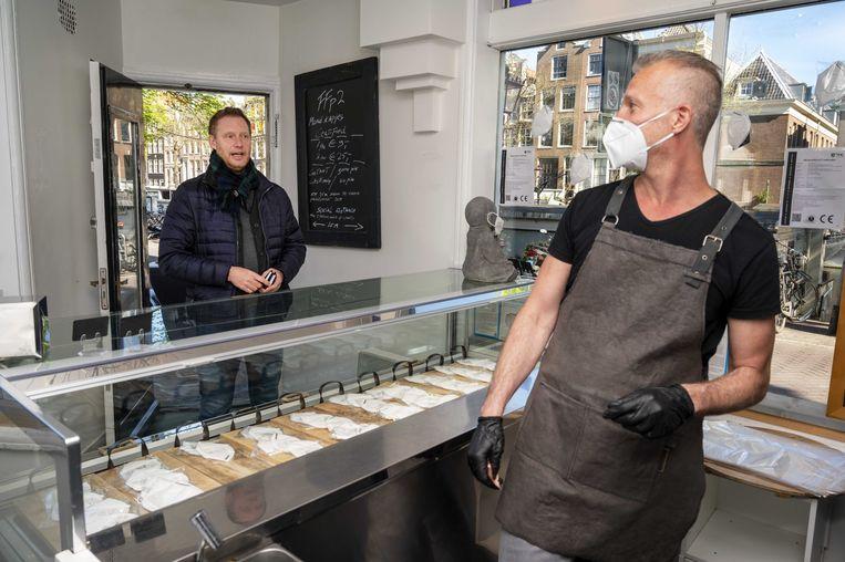 Een winkel in Amsterdam verkoopt mondkapjes voor 9 euro per stuk. Beeld ANP