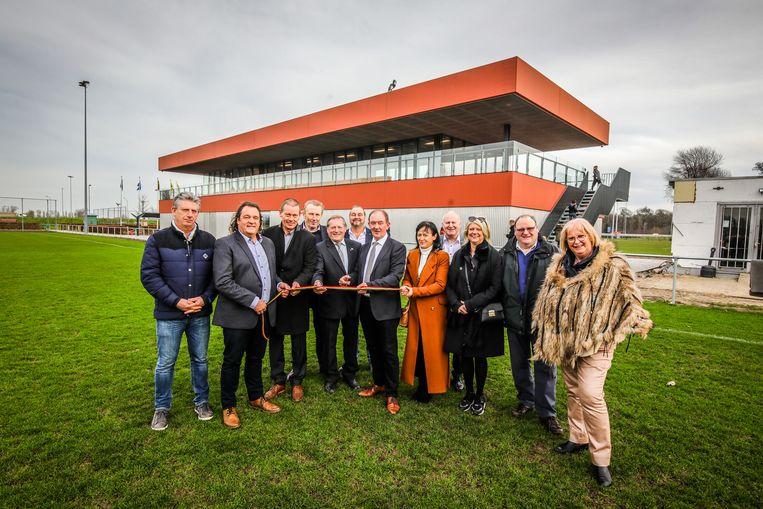 Het nieuwe voetbalstadion werd plechtig geopend door het gemeentebestuur.