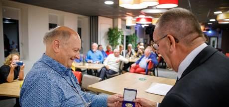 Erepenning 't Nut voor 'betrouwbare' penningmeester Elzinga uit Blokzijl