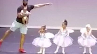 Kleine meid bevriest tijdens balletopvoering, maar dan komt papa haar redden