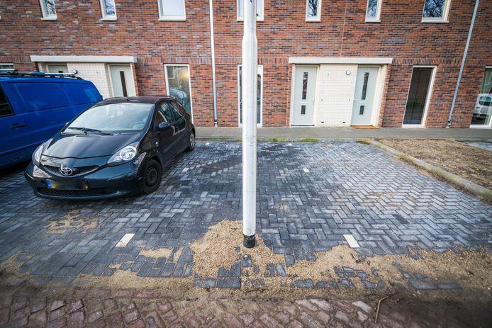Lantaarnpaal midden in parkeervak 's Gravesandestraat in Eindhoven.