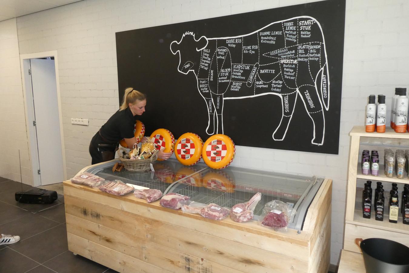 Kelly bezig met de inrichting van de streekwinkel Verhoeven Vlees aan de Hamsestraat in Liempde.