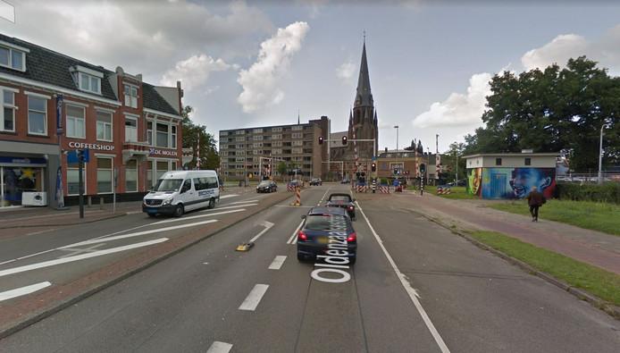 De spoorwegovergang aan de Oldenzaalsestraat bij de kruising met de Molenstraat. De weg wordt tot aan de Boulevard 1945 in fasen afgesloten.