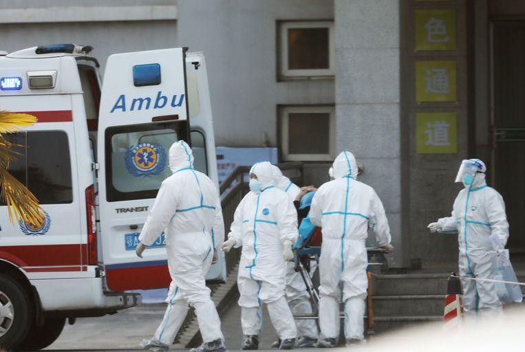 Medisch personeel in Wuhan waar besmette patiënten in het ziekenshuis behandeld worden.