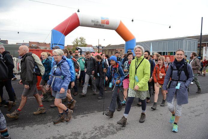 Archiefbeeld van de  vorige editie van de Refugee Walk. Dit jaar werden teams van maximaal acht personen opgeroepen om een eigen route te kiezen.