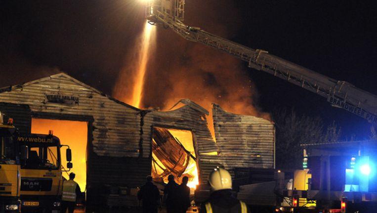 De brandweer aan het werk bij een grote brand in een loods op een industrieterrein in het Limburgse Nuth. © ANP Beeld