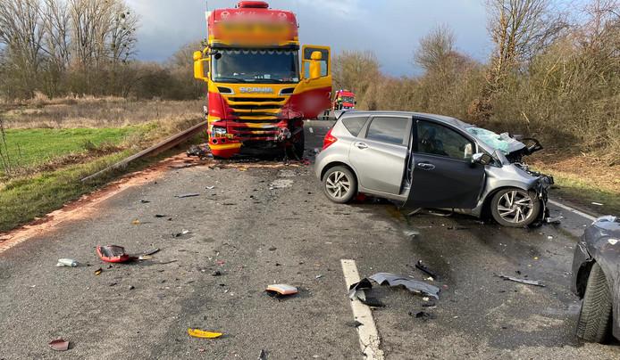 De vrouw kwam bij Mörstadt door onbekende oorzaak op de verkeerde weghelft terecht en reed frontaal op de Nederlandse vrachtwagen.