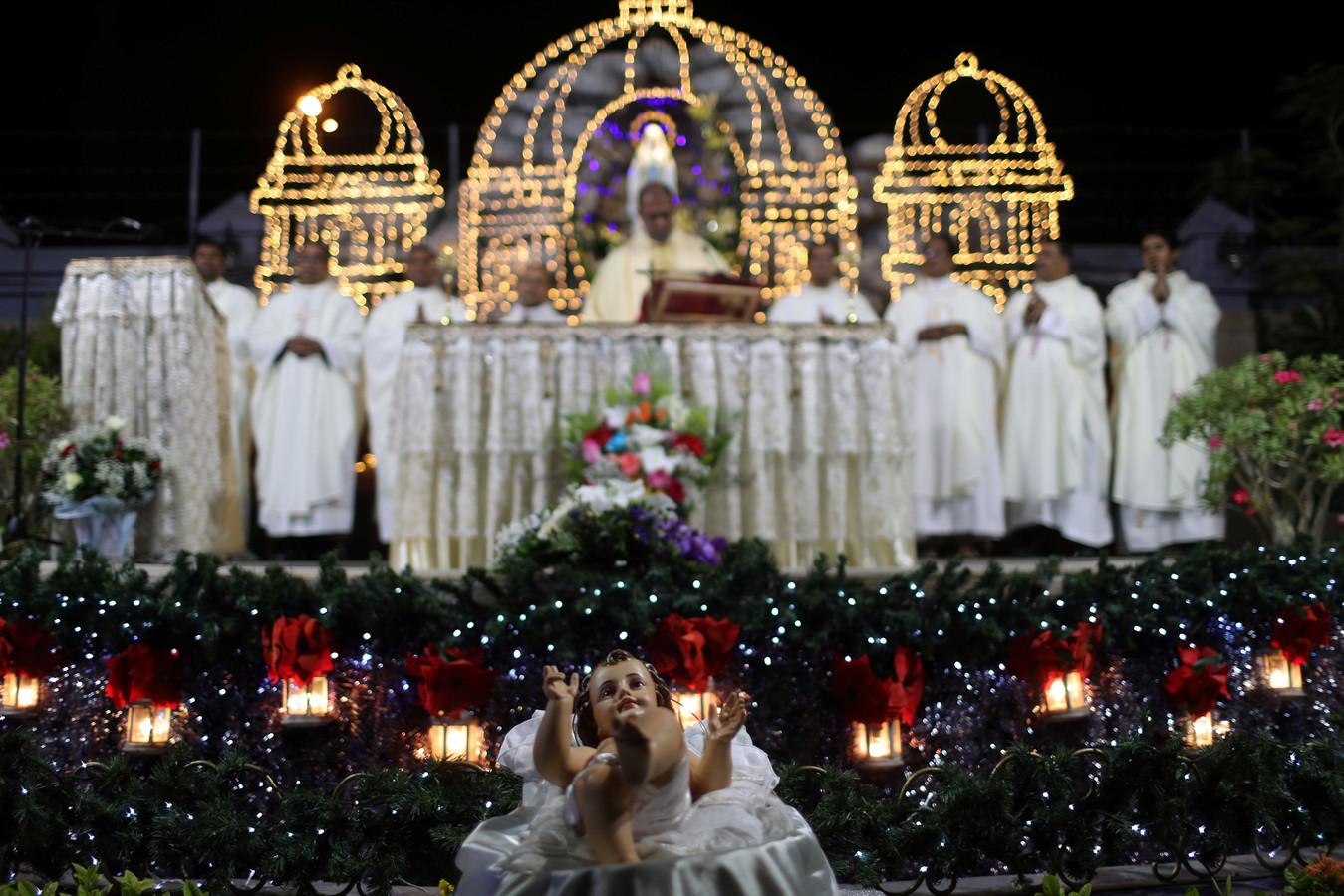 Christelijke expats bezoeken de kerstmis in de Santa Maria kerk in Dubai in de Verenigde Arabische Emiraten.