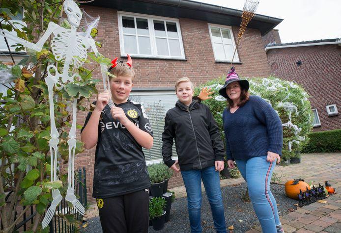 Brent, Vince en Carina van Overveld bij hun halloweenhuis in Raamsdonksveer.
