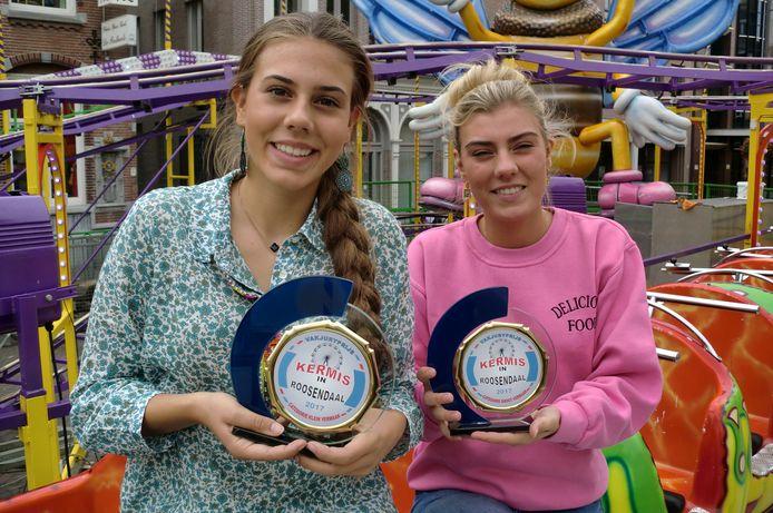 Demi en Joanne Buwalda met de kermisprijzen in 2017 in de categorieën klein vermaak en groot vermaak.