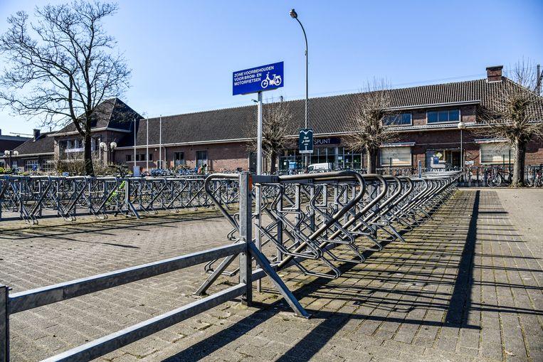 Op weekdagen is het tijdens de ochtendspits zoeken naar een plaatsje in de fietsenstallingen. Wie vandaag moet pendelen, heeft maar een plek uit te kiezen.