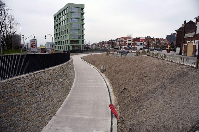 De fietsers reden voegen met piepschuim kapot in de tunnel.