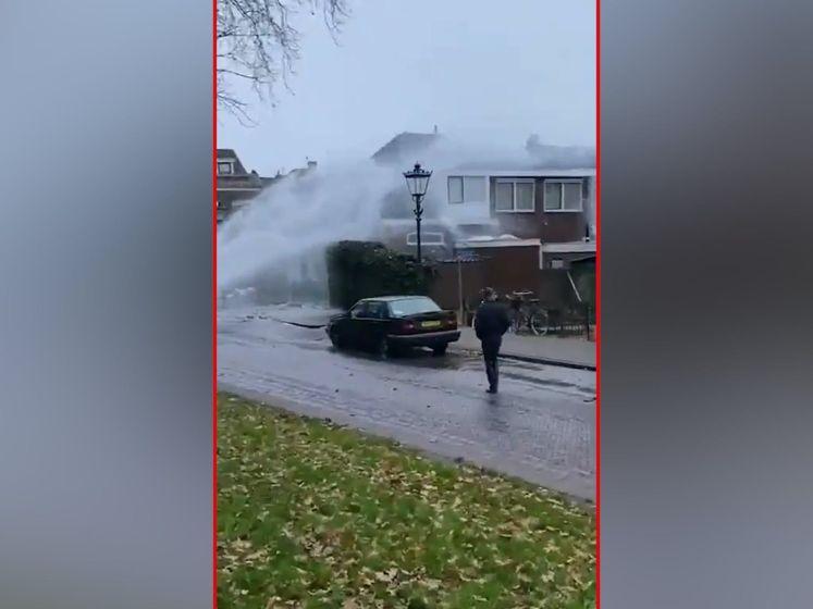 Enorme leidingbreuk spuit honderden liters water over huizen in Kampen