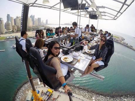 Dineren in bak op 50 meter hoogte