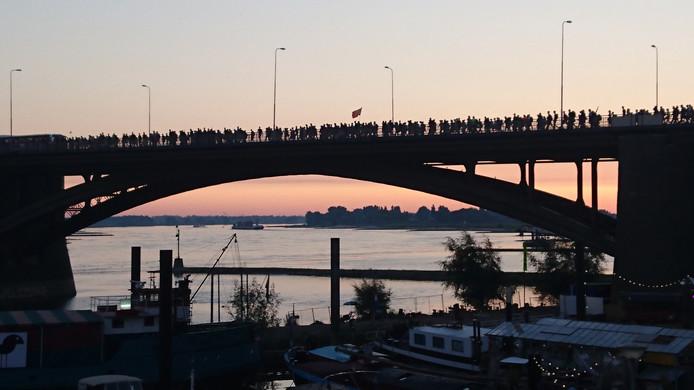 De eerste wandelaars lopen dinsdagmorgen over de Waalbrug in Nijmegen.