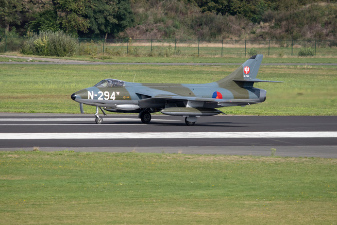 De Hawker Hunter N-294 net na de landing op Twente Airport.