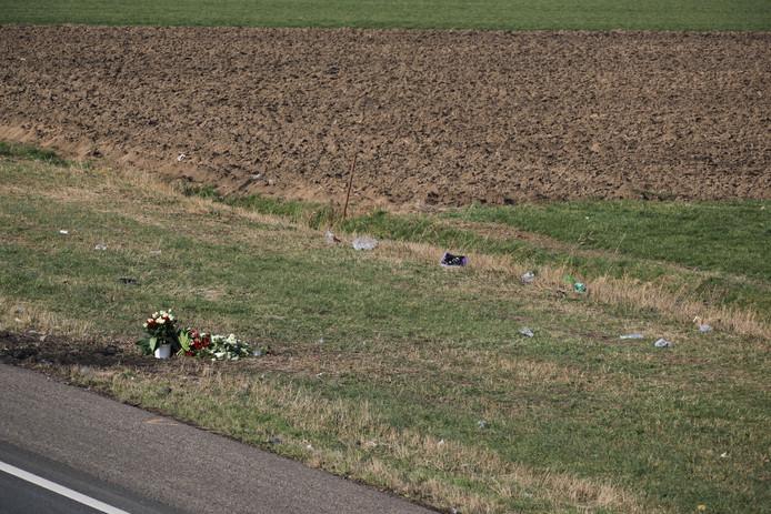 Vrienden van de Rotterdammer die deze week omkwam in Sprang-Capelle hebben bloemen gelegd op de plek van het noodlottige ongeluk.