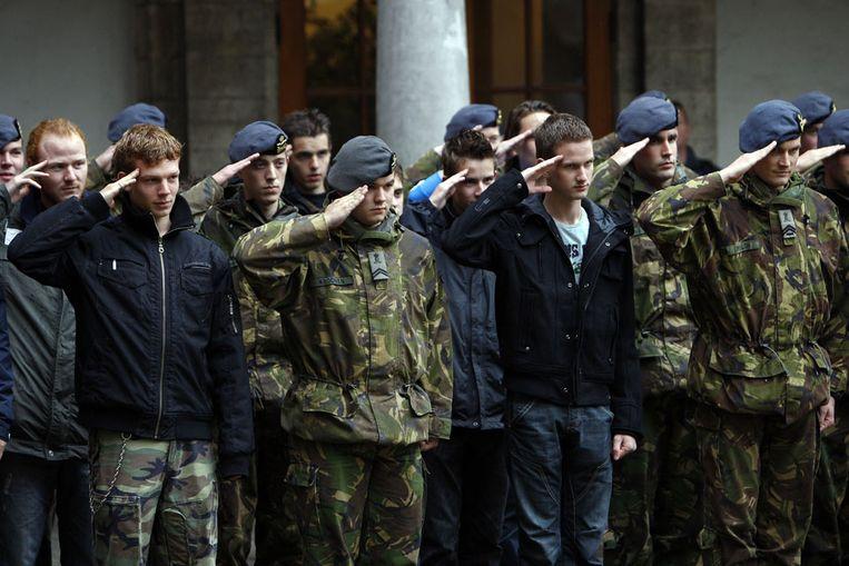 Bezoekers salueren mee met de militairen tijdens de Nederlandse Defensie Academie (NLDA) Orientatiedagen in 2008. De afgebeelde personen hebben niets te maken met onderstaand verhaal. (ANP) Beeld