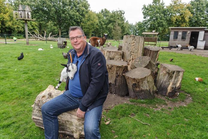 Herman Ellenbroek bij dierenpark De Bonte Koe. De cavia's hadden een holletje onder de boomstammen achter hem.