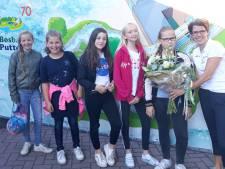 Moniek uit Harderwijk tikt de bezoekersteller van Bosbad Putten naar de 200.000